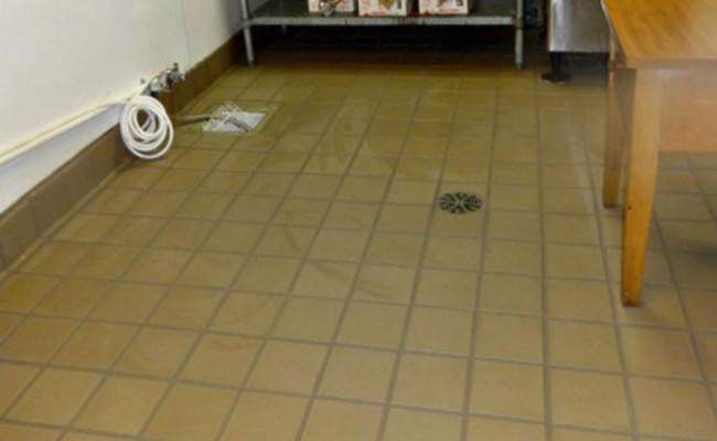 Cleaning-Industrial-Kitchen-Tile-and-Grout-2-650×400