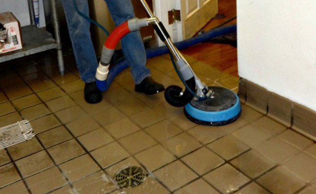 Cleaning-Tile-and-Grout-in-an-Industrial-Kitchen-650×400