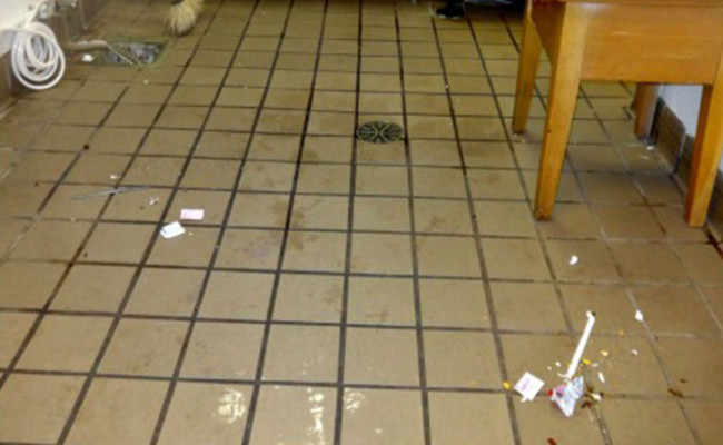 Cleaning-Undustrial-Kitchen-Tile-and-Grout-650×400